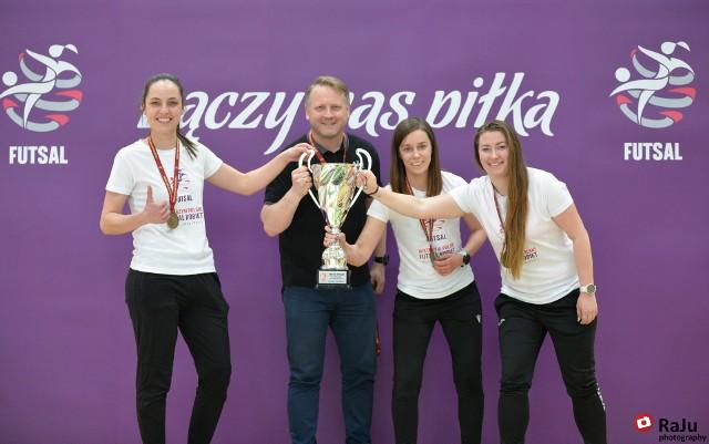 Trener AZS UAM Poznań, Wojciech Weiss ze swoimi złotymi liderkami tuż po zdobyciu tytułu mistrza Polski podczas Final Four w Bielsku-Białej