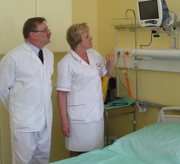 – Sala jest już gotowa i wyposażona. Teraz każdy pacjent po operacji trafi od razu tutaj – mówi Andrzej Miczko, ordynator oddziału chirurgicznego. Obok stoi Krystyna Grzelczak, pielęgniarka oddziałowa.
