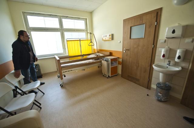 Na parterze dwukondygnacyjnego budynku są nowoczesne sale dla chorych, w tym jednoosobowe, izolatka i sala rodzinna.