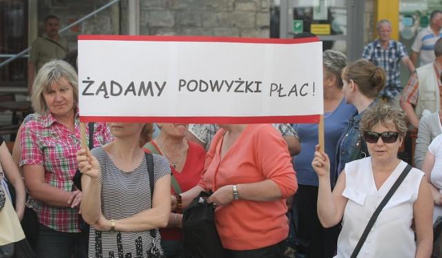 Czerwcowy protest pod Urzędem Miasta Łodzi woźnych, kucharek i księgowych, któe nie godzą się za cięciach w łódzkich szkołach