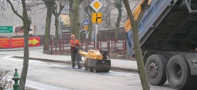 Na zdjęciu: łatanie dziur przy ul. Świętojerskiej przez robotników ZDW.