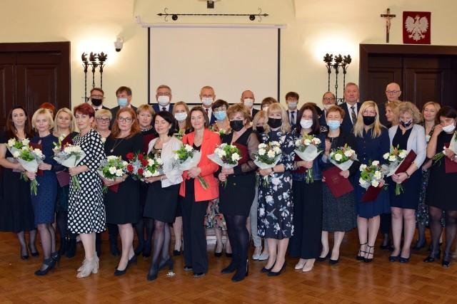 Podczas uroczystości z okazji Dnia Edukacji Narodowej prezydent Inowrocławia nagrodził 25 nauczycieli i 5 dyrektorów szkół podstawowych oraz przedszkoli