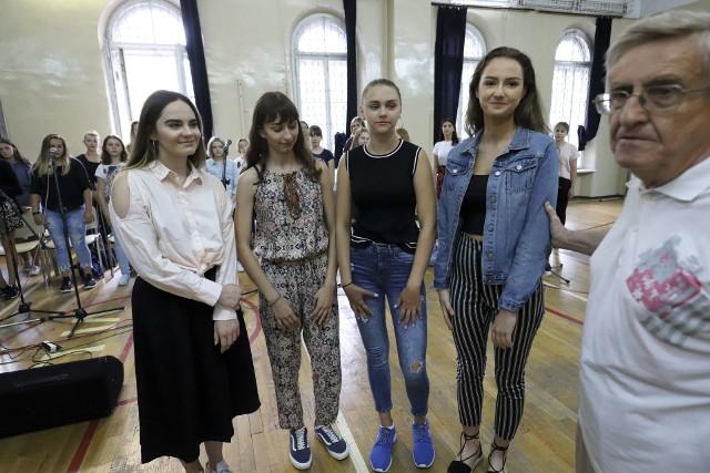 Od lewej: Katarzyna Chlebińska, Angelika Siemieniuk, Kamila Łosiewicz, Zuzanna Rutkowska i Jerzy Tomzik w sali VI LO