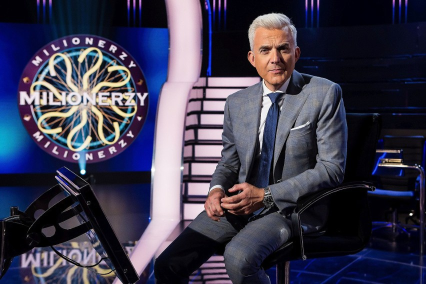 """Teleturniej TVN """"Milionerzy"""" emitowany jest od poniedziałku do czwartku o godzinie 20.55. By zdobyć milion, gracz musi udzielić 12 poprawnych odpowiedzi. Na zdjęciu prowadzący program, Hubert Urbański."""