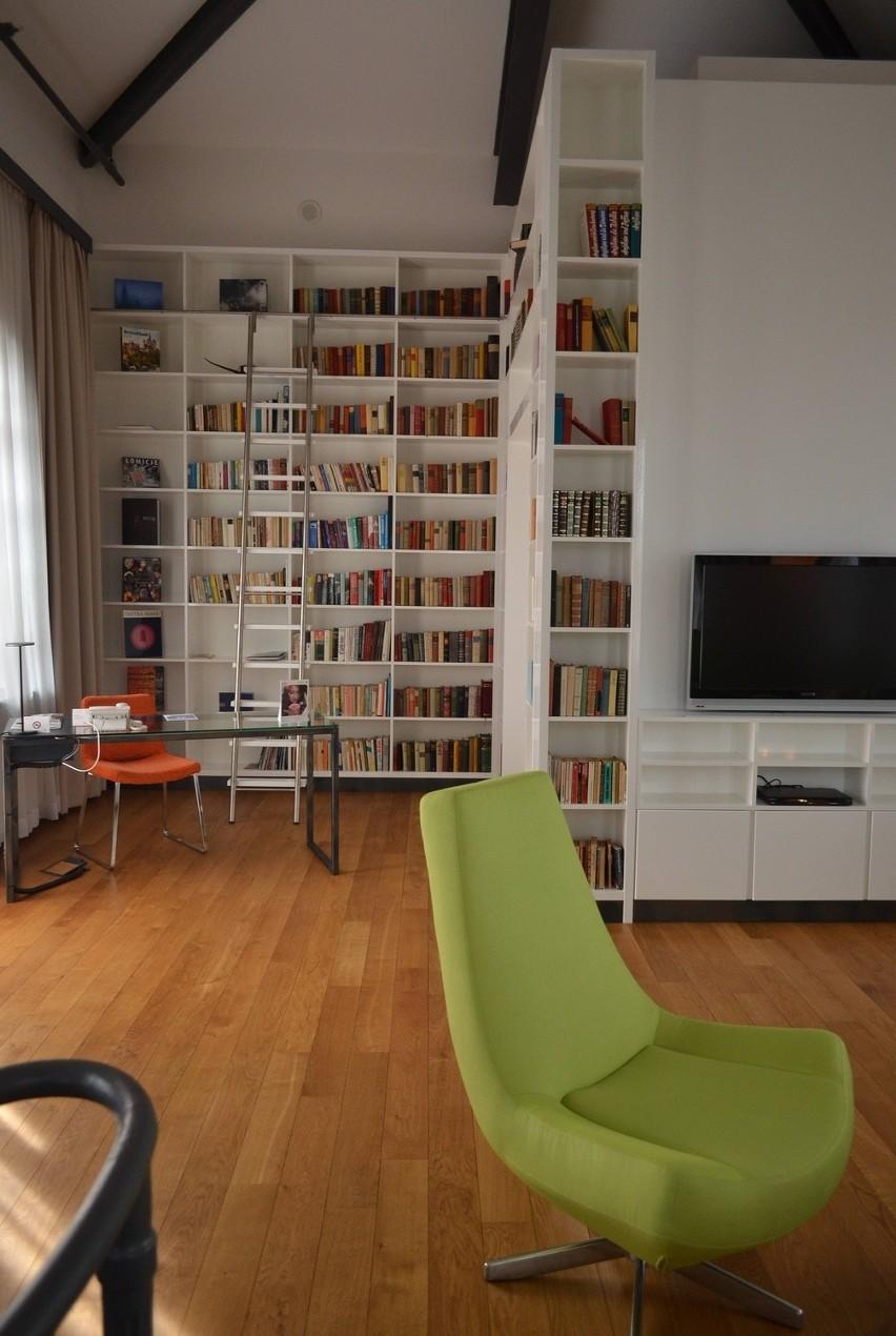 Górne piętro apartamentu w hotelu andel's zajmuje bogato...