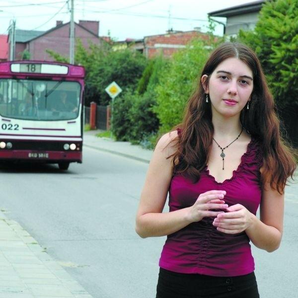 - Linia 18 jeździ przez ulicę Bacieczki, ale się tu nie zatrzymuje. Należy nam się tymczasowy przystanek. Jesteśmy już wystarczająco pokrzywdzeni przez objazdy remontowanej Produkcyjnej - mówi Maria Pogorzelska z osiedla Bacieczki.
