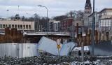 Co się wydarzyło w środku nocy w centrum Stargardu? Zniszczone ogrodzenie na przebudowie wiaduktu. ZDJĘCIA