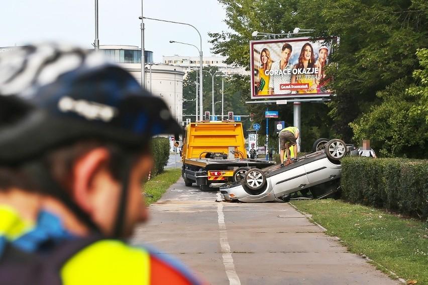 Wypadek na Legnickiej. Samochód dachował, kierowca pijany! (ZDJĘCIA)