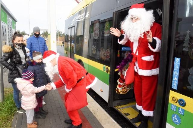 Co roku, w mikołajki, ulicami Zielonej Góry jeździ świątecznie ustrojony autobus. A w nim? Mikołaj, który rozdaje najmłodszym mieszkańcom prezenty.