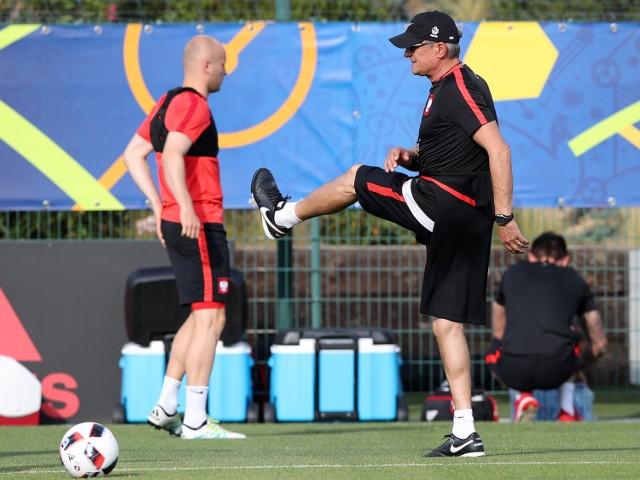 Adam Nawałka na treningu z Michałem Pazdanem