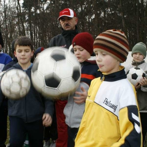 - Na razie w naszej szkółce piłkarskiej trenuje 30 chłopców - mówi Mirosław Wójciak, trener (na zdjęciu w tle)