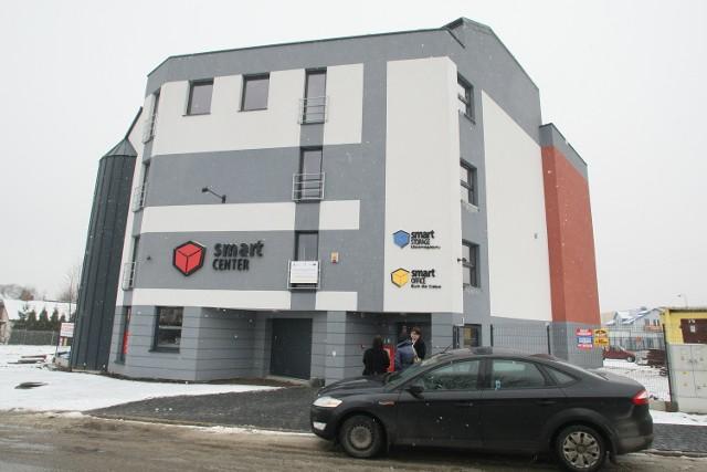 Smart Center, czyli jak powiększyć dom Smart Center przy ulicy Batalionów Chłopskich w Kielcach proponuje nową wygodną usługę. W trzypiętrowym budynku oraz na placu parkingowym zmieszczą się rzeczy i pojazdy, których nie mamy gdzie trzymać.