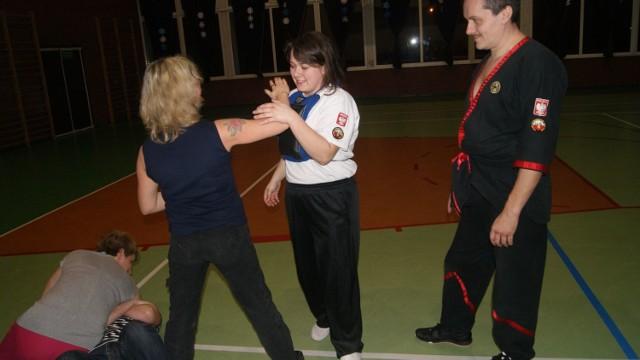 W kursie samoobrony w Pionkach uczestniczyło osiemnaście kobiet. Zajęcia prowadził Marcin Grzywacz z Radomskiej Szkoły Wing Tsun Kung Fu.