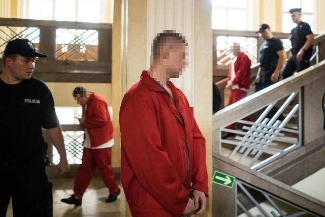 W środę (5 września) w Sądzie Okręgowym w Łodzi miał rozpocząć się proces trzech mężczyzn oskarżonych m.in. o gwałt zbiorowy popełniony ze szczególnym okrucieństwem. Prokuratura zarzuca oprawcom zbiorowe zgwałcenie ze szczególnym okrucieństwem 26 – letniej kobiety, pozbawienie jej wolności łączące się ze szczególnym udręczeniem i spowodowanie obrażeń ciała, które doprowadziły do śmierci.Ponadto, oskarżeni zostali o przestępstwo polegające na kierowaniu gróźb pozbawienia życia, w celu wywarcia wpływu na pokrzywdzoną. Wszystkim oskarżonym grożą kary nawet dożywotniego pozbawienia wolności. Więcej czytaj na kolejnym slajdzie