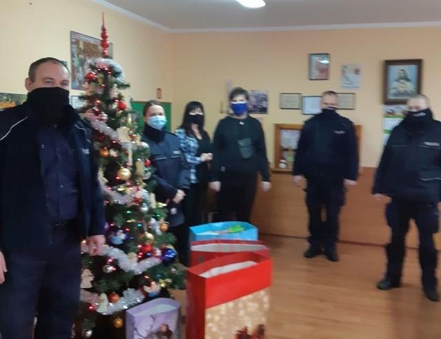 Książki, gdy, puzzle i inne wydawnictwa zebrane przez policjantów i pracowników Komendy Powiatowej Policji oraz ich rodziny trafiły do dzieci i seniorów z Janikowa i Inowrocławia