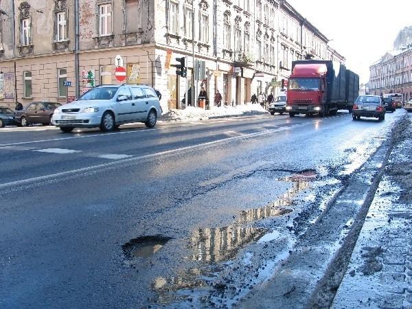 Pokaźna dziura na Jagiellońskiej, jednaj z głównych ulic w Przemyślu.
