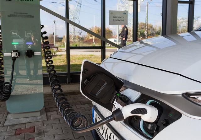 W 2021 roku w naszym kraju zarejestrowanych było 26 985 samochodów osobowych z napędem elektrycznym. Przez pierwsze sześć miesięcy tego roku ich liczba zwiększyła się o 8 249 sztuk