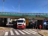 Tir zaklinował się pod Trasą Zamkową i zablokował przejazd