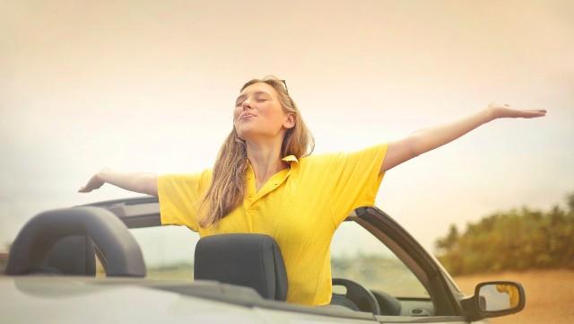 Upragnione wakacje mogą stać się męką już na starcie, gdy trzeba na nie dojechać. Podróż samochodem w upale to nic przyjemnego i nawet na krótkim dystansie może dać nam mocno w kość. Sprawdź, jak poradzić sobie z upałem w aucie, by nie przegrzać ani siebie i pasażerów, ani silnika pojazdu.