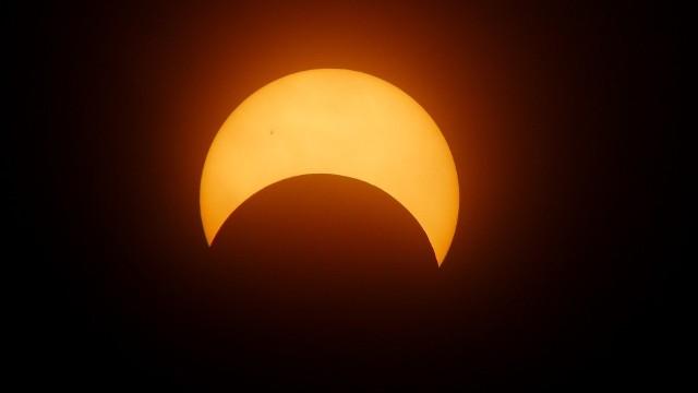 10.06.2021 w Polsce będziemy mogli obserwować częściowe zaćmienie Słońca. Zaćmienie obrączkowe będzie widoczne m.in. z terytorium Kanady, Grenlandii i Rosji