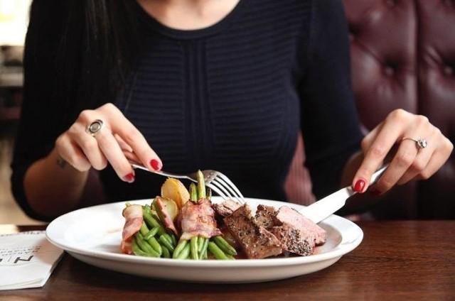 Na podstawie opinii gości umieszczonych na portalu pyszne.pl wybraliśmy 10 tanich i dobrych restauracji w Pabianicach. Znacie te miejsca? Smakowało Wam tam?KLIKNIJ DALEJ I ZOBACZ RESTAURACJE