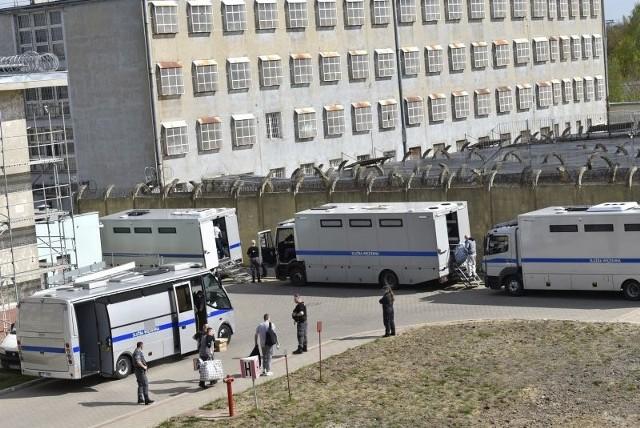 Pensjonariusze aresztów śledczych i więzień z całej Polski przyjeżdżają  do łódzkiego Aresztu Śledczego. Łódzka jednostka przy ul. Smutnej 21 jest miejscem tranzytowym, swoistym dworcem przesiadkowym dla tymczasowo aresztowanych i skazanych, którzy muszą z jakiegoś powodu zmienić jednostkę, w której zostali wcześniej zakwaterowani. Czasem jest ich nawet 180 jednego dnia.Czytaj na kolejnym slajdzie
