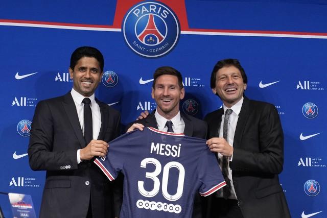 """Lionel Messi przeszedł z FC Barcelona do Paris Saint-Germain bez kwoty odstępnego. Francuski klub skorzystał na tym, że Argentyńczykowi skończył się kontrakt w Hiszpanii. W historii futbolu było mnóstwo """"darmowych"""" transferów (pozostawało wydać na pensję dla piłkarza i prowizje dla różnej maści agentów). Mimo że klub za danego gracza nie zapłacił nawet eurocenta, to okazywał się on świetną inwestycją, a z nową drużyną sięgał po najcenniejsze trofea z Ligą Mistrzów włącznie. Jak będzie w przypadku Messiego, zobaczymy. Tymczasem zapraszamy do obejrzenia TOP 10 najlepszych darmowych transferów w historii futbolu. Bohaterem jednego z nich jest Polak!Uruchom i przeglądaj galerię klikając ikonę """"NASTĘPNE >"""", strzałką w prawo na klawiaturze lub gestem na ekranie smartfonu"""