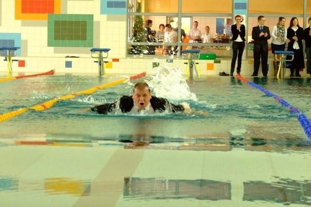 Tadeusz Goc w garniturze przepłynął basen.