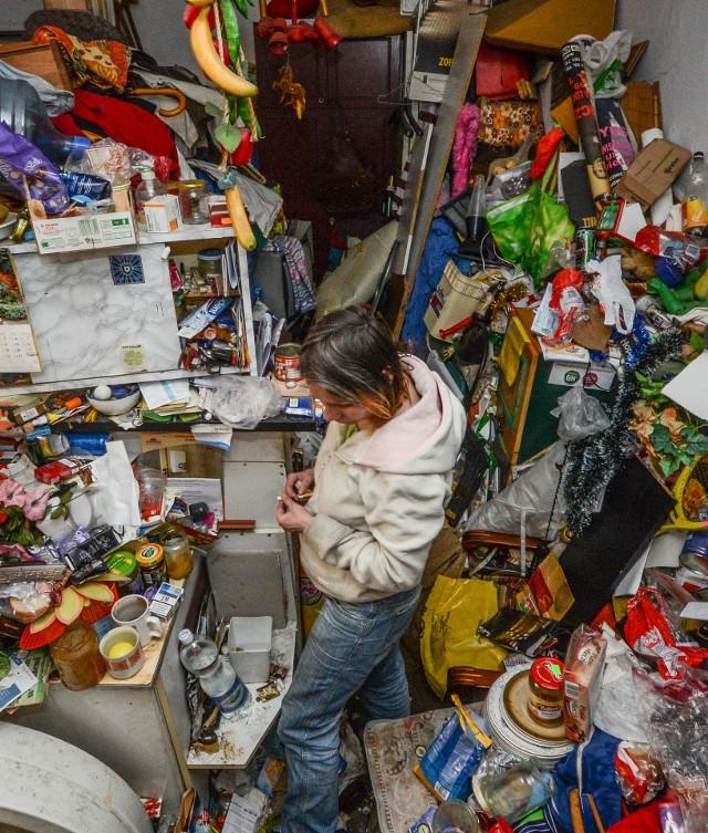 """Bezdomna AniaW zawalonym śmieciami mieszkaniu młoda kobieta """"mieszkała"""" prawie miesiąc. Po naszym artykule wyprowadziła się w inne, normalne miejsce."""