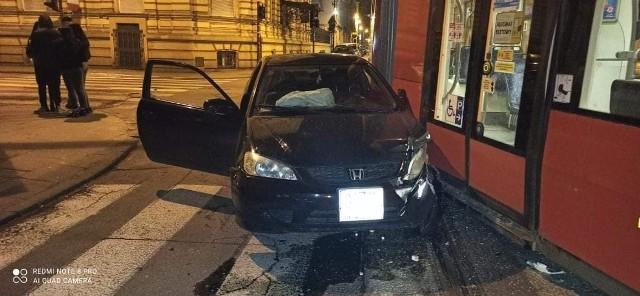 """W piątek przed północą kierowca hondy civic, prowadząc ją ulicą Więckowskiego, od Zachodniej w stronę Żeromskiego, nie zatrzymał się przed znakiem """"stop"""" i wjechał na skrzyżowanie Więckowskiego-Gdańska, na którym uderzył w tramwaj linii 15. Cityrunner zjeżdżał właśnie na noc do zajezdni.CZYTAJ DALEJ>>>>..."""