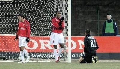 Scena po stracie gola przez Wisłę. Z lewej Pablo Alvarez, w środku główny winowajca Marcelo, z prawej Mariusz Pawełek Fot. Michał Klag