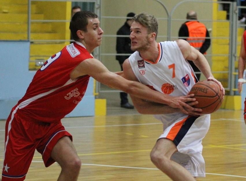 Piotr Osiakowski (z piłką) najbliższy sezon spędzi w pierwszoligowym Zagłębiu Sosnowiec.