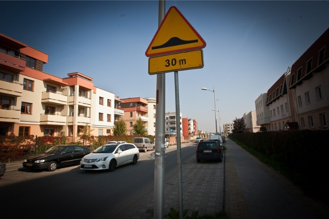 Zarząd Dróg i Utrzymania Miasta planuje uspokoić ruch na kilku wrocławskich ulicach. Otwarto właśnie koperty w przetargu na kolejne progi zwalniające we Wrocławiu, ma ich powstać 20. Urzędnicy tłumaczą, że o takie zmiany najczęściej wnioskują mieszkańcy, indywidualnie lub za pośrednictwem rad osiedli. Gdzie konkretnie pojawią się nowe progi zwalniające?ZOBACZ LOKALIZACJE I LICZBĘ ZAPLANOWANYCH NOWYCH PROGÓW WE WROCŁAWIU. PRZEJDŹ DALEJ PRZY POMOCY STRZAŁEK LUB GESTÓW NA SMARTFONIE.