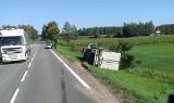 Popiołówka. Ciężarówka zjechała z drogi i przewróciła się na bok. Były utrudnienia w ruchu na DK8 (zdjęcia)