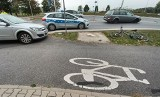 Wypadek dwóch samochodów i rowerzysty na rondzie przy lotnisku. Ranny cyklista trafił do szpitala (ZDJĘCIA)