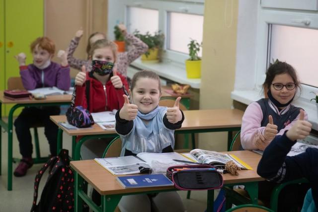 Najpierw do nauki stacjonarnej wróciły dzieci z klas 1-3. W poniedziałek 31 maja 2021 dołączyli do nich wszyscy uczniowie klas 4-8 oraz szkół ponadpodstawowych, którzy od 17 maja br. mieli lekcje w trybie hybrydowym