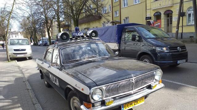 Zabytkowy milicyjny samochód wzbudził duże zainteresowanie, gdy pojawił się na ulicach Chełmna. W związku z tym, że niewiele osób - z powodu pandemii koronawirusa - miało okazję go zobaczyć - prezentujemy państwu pojazd wart uwagi. Co jeszcze działo się w Chełmnie w ostatnich dniach? Uczczono pamięć ofiar Katynia, zapalono znicze pod umieszczoną na Bramce Grudziądzkiej tablicą poświęcona papieżowi Janowi Pawłowi II.  Zgodnie z apelami, mieszkańcy nie pojawili się w okresie przedświątecznym tak licznie, jak co roku, u bliskich na cmentarzach.