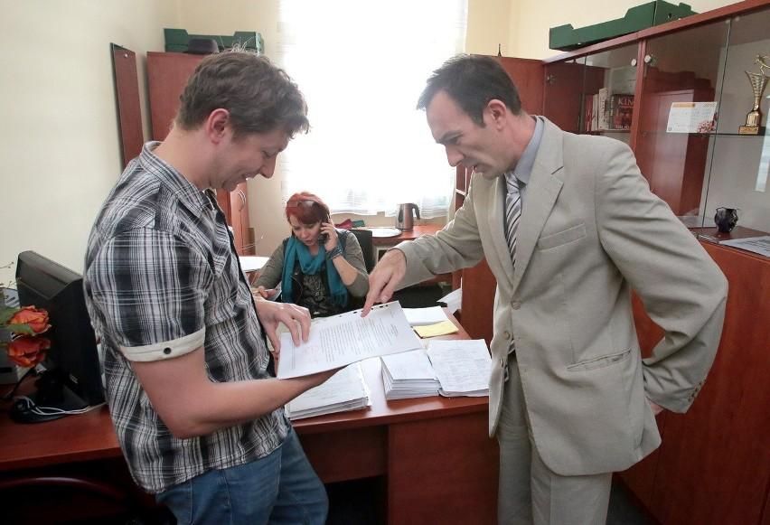 Od środy siedziba delegatury Krajowego Biura Wyborczego w Szczecinie przeżywa oblężenie. Na zdjęciu z lewej Piotr Piosicki z Bezrzecza w gminie Dobra Szczecińska, który przyjechał zarejestrować swój komitet. Z prawej Waldemar Gorzycki, dyrektor delegatury.