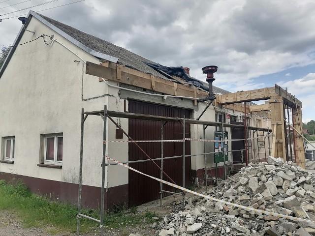 W Staniowicach w gminie Sobków rozpoczęła się przebudowa dachu na budynku świetlicy wiejskiej.