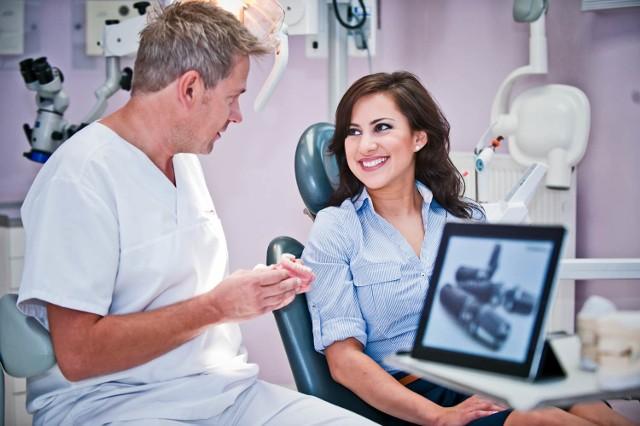 Czasem wizyta u stomatologa powinna poprzedzić leczenie dermatologiczne skóry i cery.