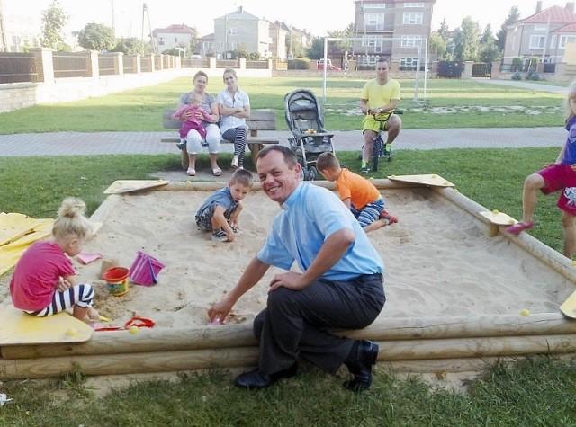 Ksiądz Krzysztof Jurczak tuż obok szkoły i kościoła urządził plac zabaw. Przychodzą tu rodzice z dziećmi - jest okazja, by porozmawiać o problemach i codziennych potrzebach wiernych.