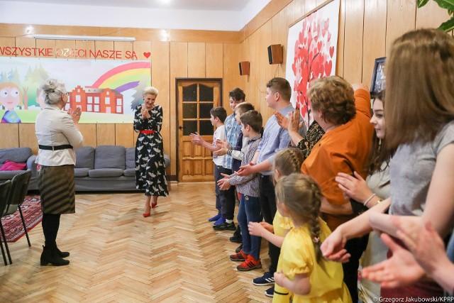 Agata Duda kolejny raz odwiedziła nasze województwo. Tym razem gościła w Domu Dziecka w Białowieży.