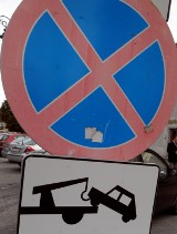 Mieszkańcy ul. Tymienieckiego nie chcą aut pod oknami, bo niszczą one chodnik