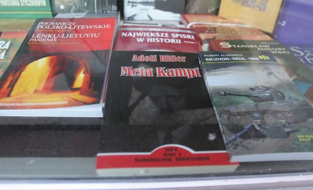 """""""Mein Kampf"""" Hitlera, mimo że to zapowiedź wielkiej zbrodni, uważana jest za książkę bardzo nudną. Z witryn księgarni wyparły ją dopiero książki o Janie Pawle II."""