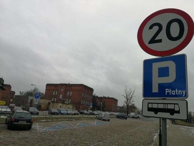 Głód miejsc parkingowych dotyczy praktycznie każdej dzielnicy Torunia. Radni miejscy w styczniu złożyli sporo wniosków do prezydenta w imieniu mieszkańców, apelując m.in. o darmowe parkowanie wzdłuż Dworca Toruń Miasto i nowe miejsca parkingowe. Gdzie dokładnie? Przeczytajcie!CZYTAJ DALEJ >>>>>