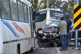 Zakopane: Poranny wypadek na oblodzonej drodze. Zderzyły się dwie osobówki i bus
