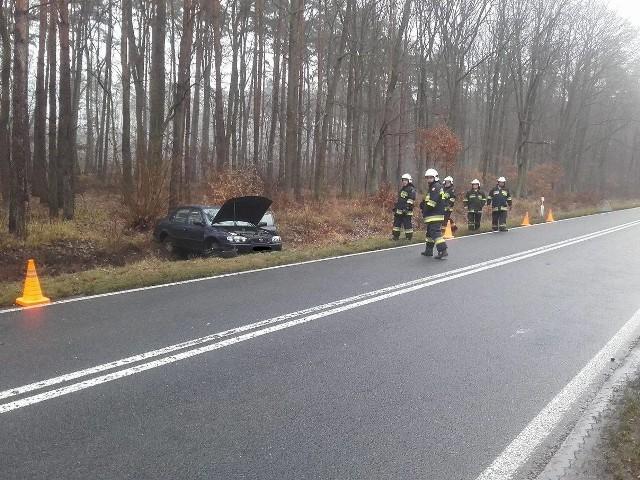 Kolejny wypadek na drodze wojewódzkiej nr 132. Samochód osobowy wypadł z drogi i zatrzymał się na poboczu.Do kraksy doszło w niedzielę, 18 grudnia, przed godziną 14. Na odcinku drogi wojewódzkiej nr 132 między Mościczkami, a Witnicą, osobowy samochód wypadł z drogi i zatrzymał się na poboczu. Na miejsce wezwano zastępy strażaków z Kostrzyna oraz OSP Witnica. Przyjechała też policja.Zobacz też:  Niebezpieczny zakręt pod Witnicą zbiera swoje krwawe żniwo [ZDJĘCIA] To już kolejna kraksa na tym niebezpiecznym odcinku drogi. Zazwyczaj dochodzi do nich z winy kierowców, którzy nie przestrzegają ograniczenia prędkości i nie dostosowują prędkości swoich pojazdów do warunków panujących na drodze. W niedzielę warunki do jazdy były trudne, padał deszcz, temperatura wynosiła około zera stopni, asfalt w tym miejscu był śliski i mało przyczepny.Zdjęcia i informację o tym zdarzeniu mamy dzięki uprzejmości strażaków z OSP Witnica.Zobacz też:  Kolejny wypadek na niebezpiecznym zakręcie przed Witnicą [ZDJĘCIA]
