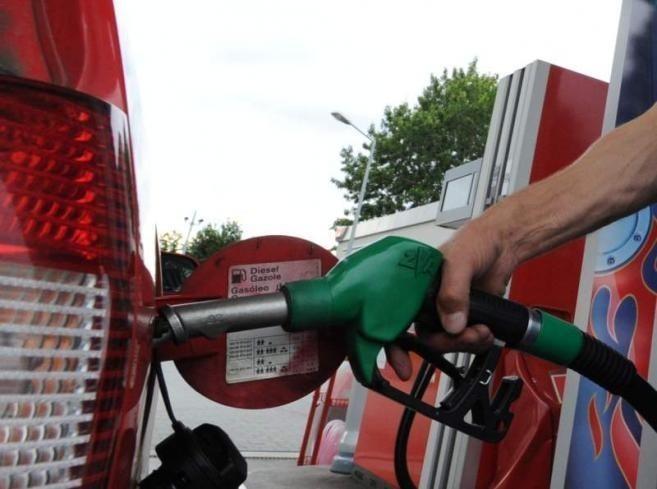 Pomorze Zachodnie: Paliwa podczas weekendu nie podrożejąW naszym regionie za benzynę Pb 95 a  5,64 zł płacimy za litr Pb 98, litr oleju kosztuje średnio - 5,38 a za litr autogazu płacimy - 2,52 zł.