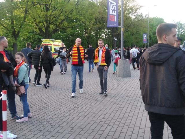Kibice wrócili także na żużlowe stadiony. Mecz Betard Sparty Wrocław ze Stalą Gorzów na Stadionie Olimpijskim oglądało ok. 3000 osób - to oczywiście 25 proc. pojemności tego obiektu. Pogoda dopisała, ale przede wszystkim spisali się wrocławscy żużlowcy, którzy wygrali 52:38. Atmosferę święta czuć było zresztą jeszcze przed stadionowymi bramami.WAŻNE! Do kolejnych zdjęć przejdziesz za pomocą gestów na telefonie lub strzałek.