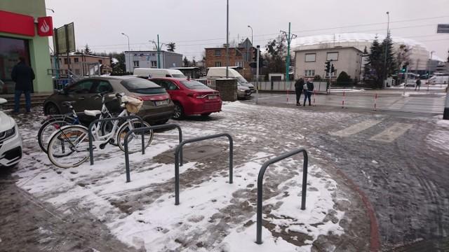 Postój dla rowerów przy ul. Jugosłowiańskiej sąsiaduje z przystankami tramwajowymi przy Grunwaldzkiej: można tu zostawić rower i dalej jechać do centrum tramwajem